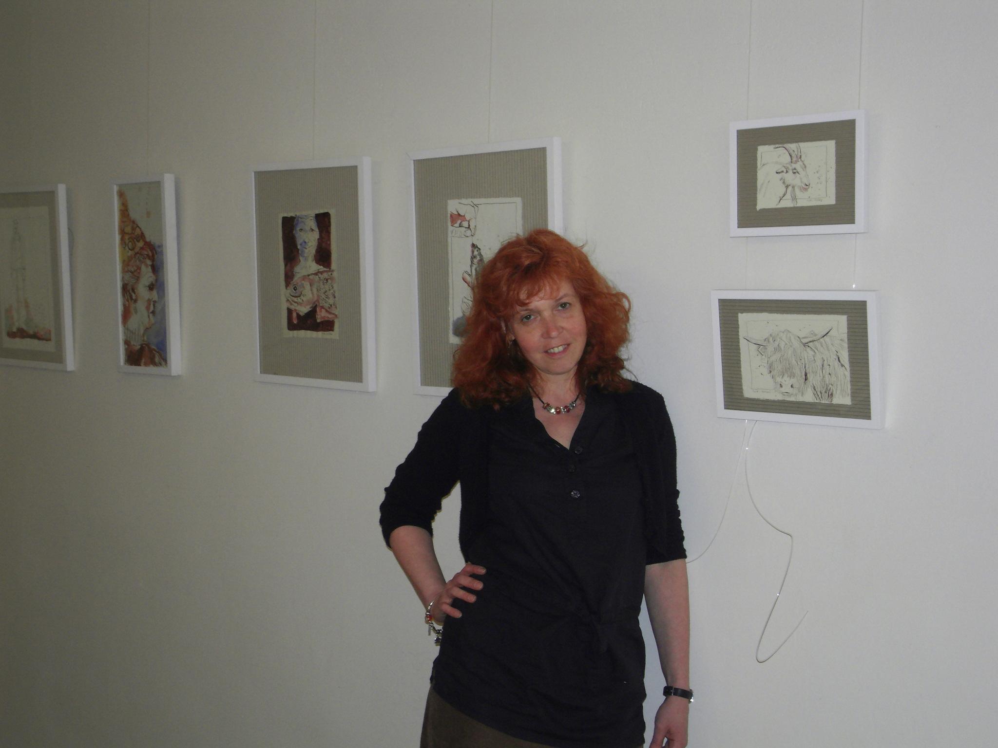 """Susanne Haun beim hängen der Ausstellung """"Short Cuts, Part 2, People"""""""