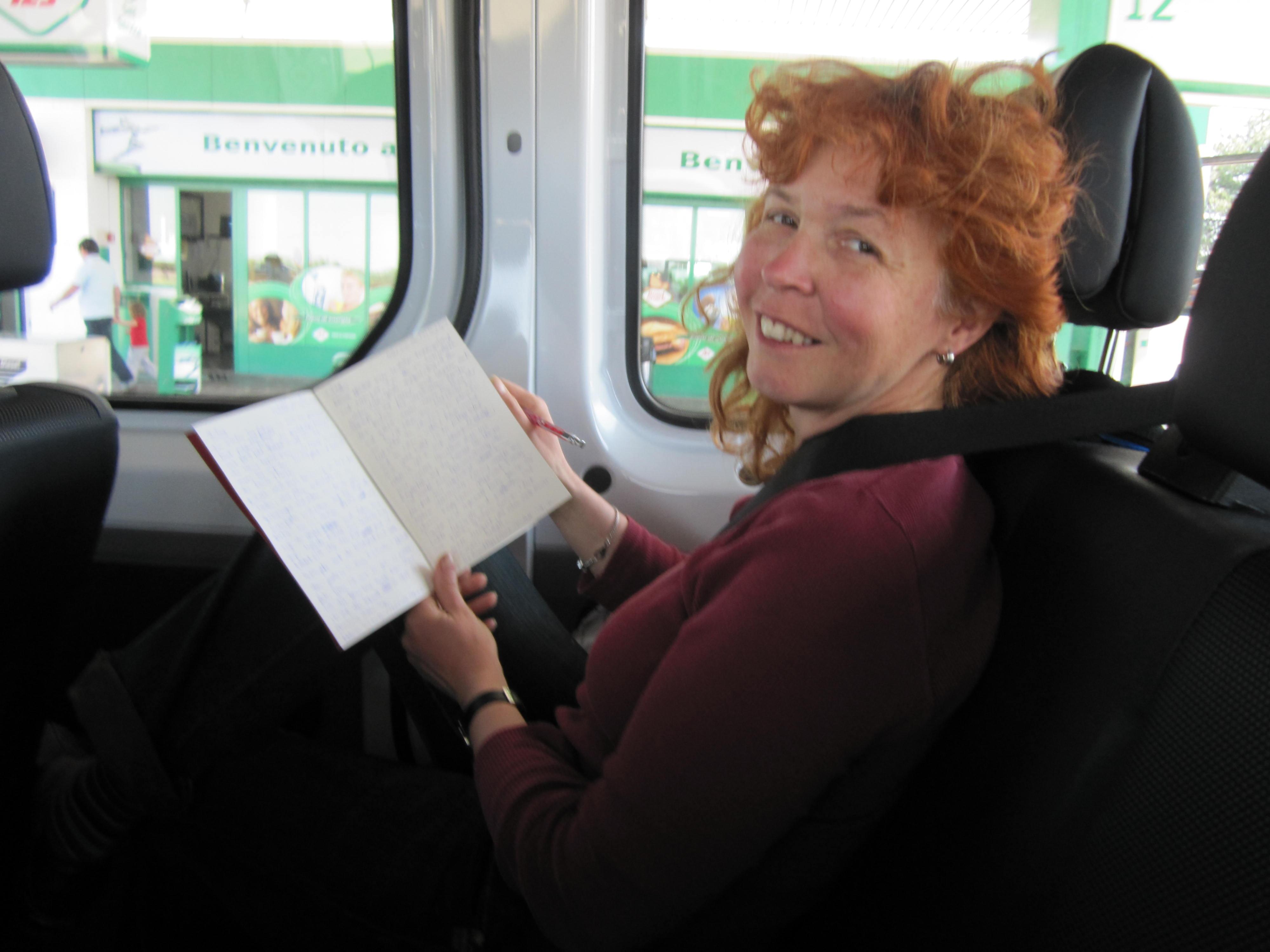 Ich schreibe mein Tagebuch im Bus - Foto von Conny Niehoff