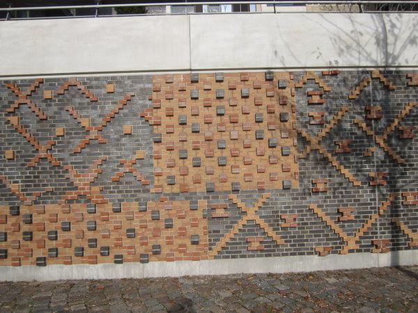 Mir gefällt die Wand entlang der Promenade an der neuen Hafencity - Foto von Susanne Haun