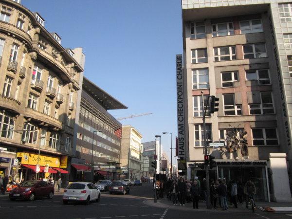 Die Rudi Dutschke Straße am Chekpointcharly Berlin - Foto von Susanne Haun
