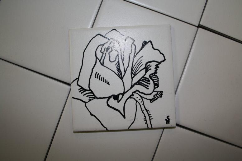 Zum Training zeichne ich eine Rose auf eine Kachel - Keramik 10 x 10 cm von Susanne Haun