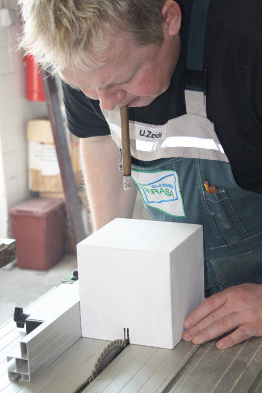 Ullrich Zeidler bereitet die Sockel vor (c) Foto von Susanne Haun