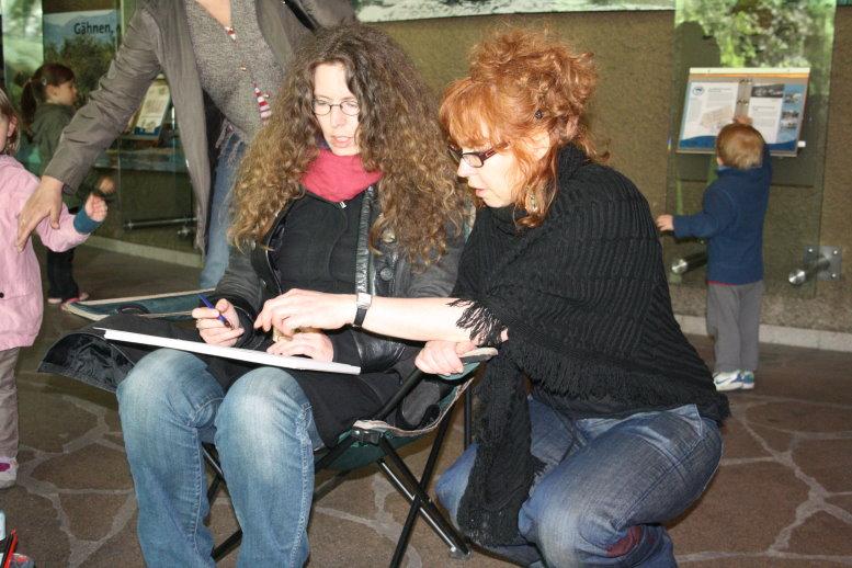 Peggy und ich schauen uns die Proportionen vom Nilpferd an (c) Foto von Susanne Haun