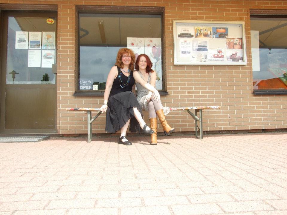 Susanne Haun und Conny Niehoff vor Connys Atelier