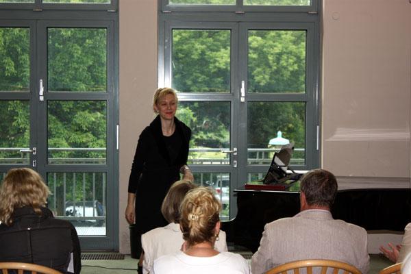 Vernissage Flughafen Berlin Tegel Klavierspielerin (c) Peggy Blankenburg
