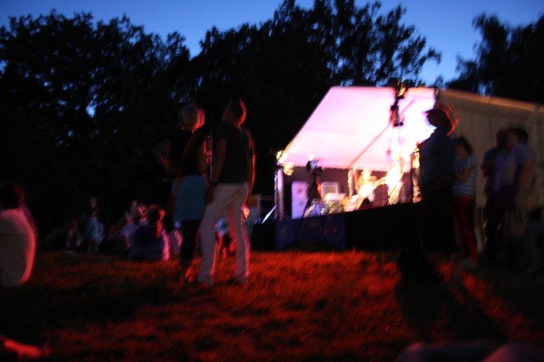 Abends gab es mit den Bands Festivalstimmung Über den Berg schauen (c) Foto von Susanne Haun