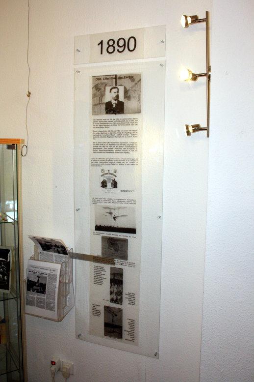 Frau Schuster präsentiert informativ die Arbeiten (c) Foto von Susanne Haun