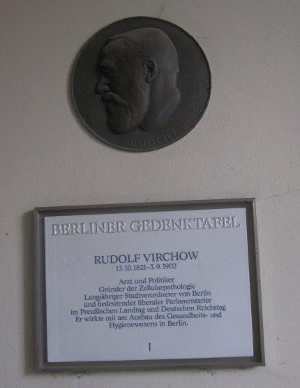 Die Gedenktafel für den Namensgeber des Gesamtkomplexes Rudolf Virchow (c) Foto von Susanne Haun