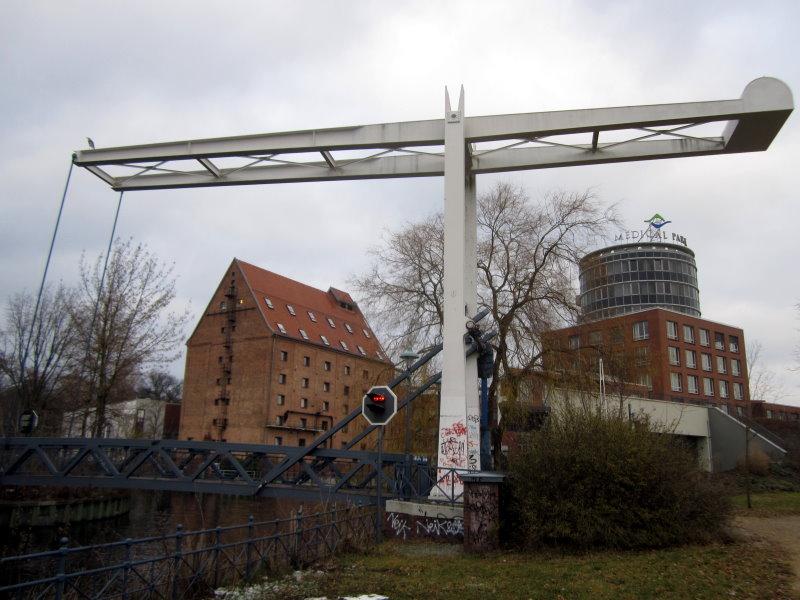 13 In Sichtweite der Bücherei - Die alte Mühle mit Klappbrücke (c) Foto von Susanne Haun