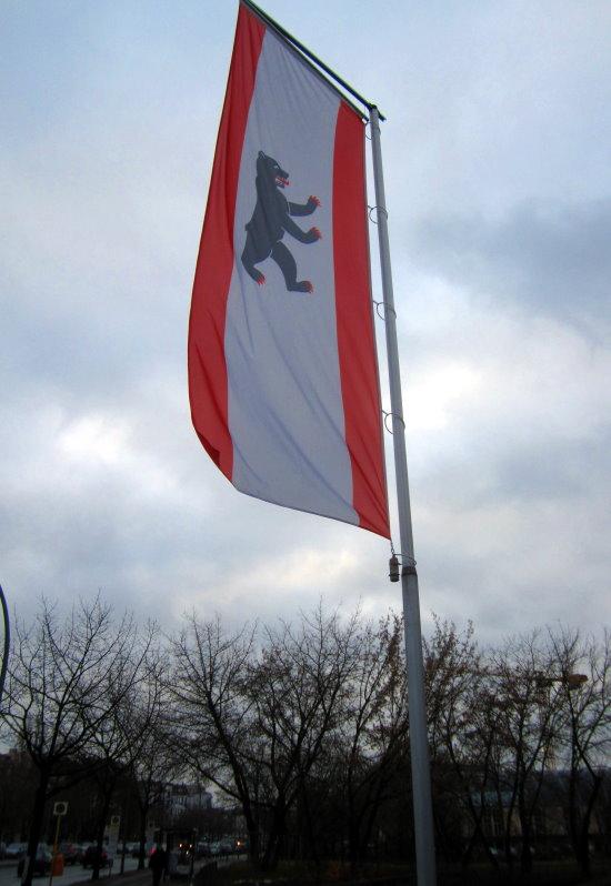 15 Die Berliner Fahne mit der Bücherei im Hintergrund