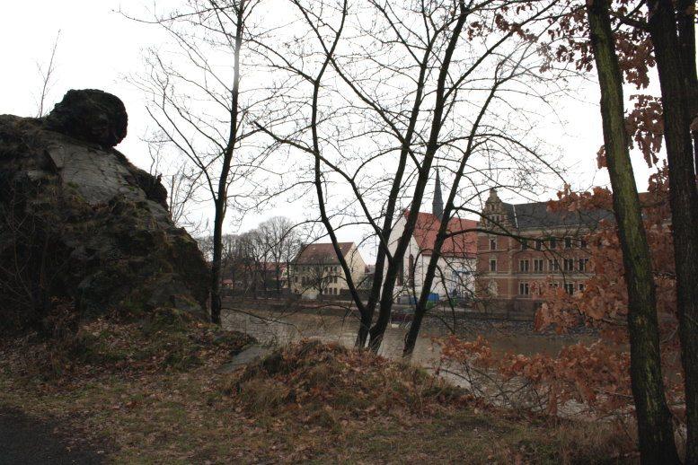Die Klosterkirche vom anderen Ufer der Mulde aus gesehen (c) Foto von Susanne Haun