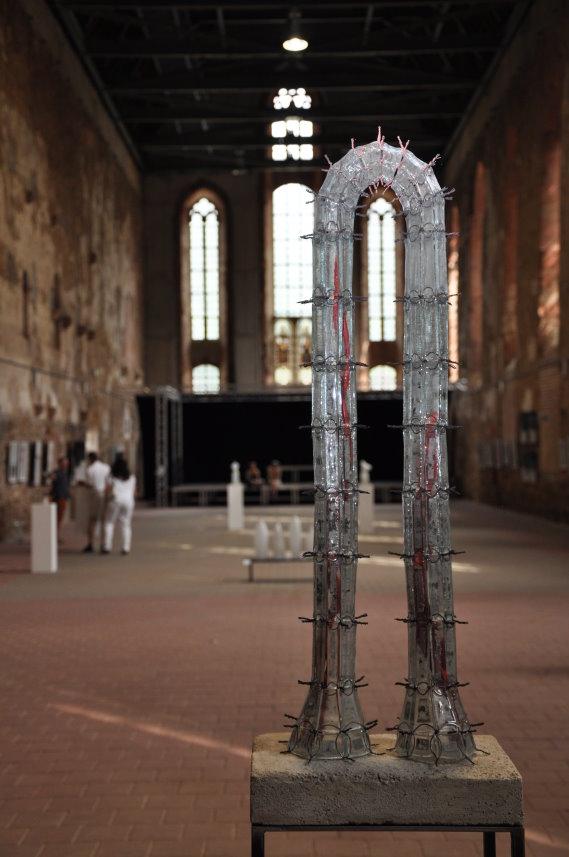 Tor - Werk von Christiane Budig bei der Ausstellungseröffnung Artenvielfalt in der Klosterkirche Grimma (c) Foto von M.Fanke