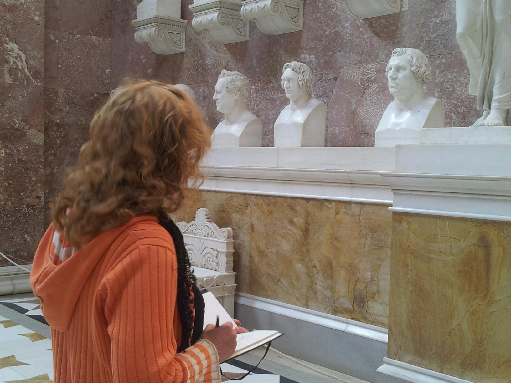 Susanne Haun zeichnet in Walhalla (c) Foto von M.Fanke