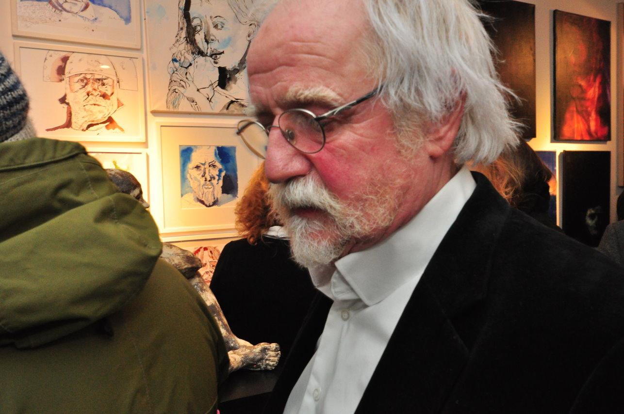 Der Galerist in Arbeit - Impressionen von der Ausstellungseröffnung Köpfe mit Beteiligung von Susanne Haun (c) Foto von M.Fanke