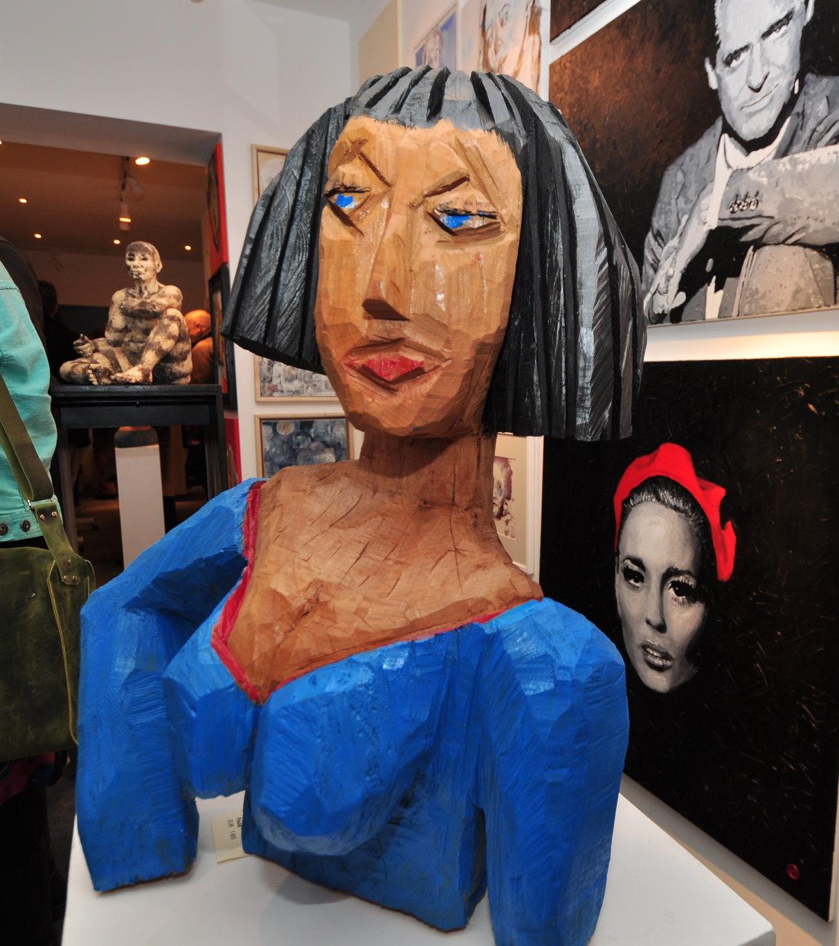 Im Vordergrund eine Skulptur von Karin Waldmann - Impressionen von der Ausstellungseröffnung Köpfe mit Beteiligung von Susanne Haun (c) Foto von M.Fanke