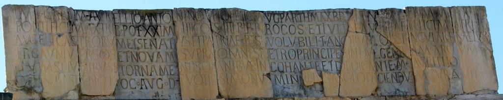 Lateinische Inschrift des Triumphbogens (c) Foto von Susanne Haun
