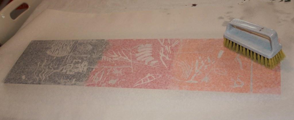 Einreiben der Farbe ins Papier (c) Foto von Susanne Haun