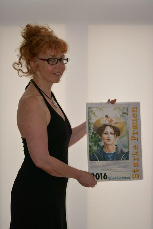 Susanne Haun mit dem Kalender Starke Frauen 2016 (c) Foto von M.Fanke