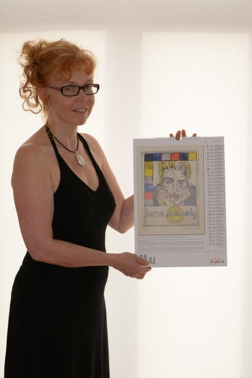 Susanne Haun mit dem Kalender Starke Frauen 2016 mit dem Mai Kalenderblatt (c) Foto von M.Fanke