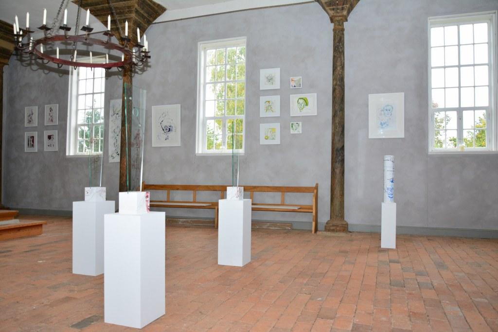 Ausstellung Zeichnungen und Objekte von Susanne Haun in der Kirche Roddahn (c) Foto von M.Fanke