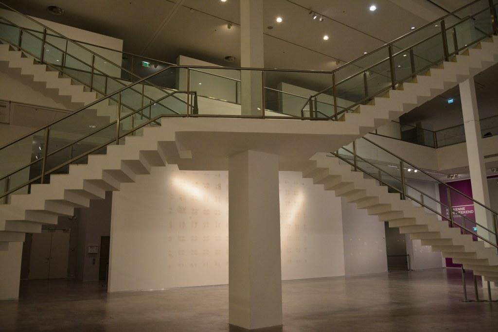 Die diagonal gekreuzte Treppe der Berlinischen Galerie (c) Foto von M.Fanke