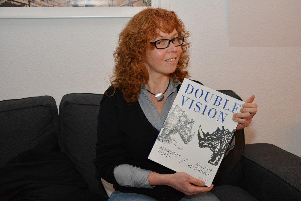 Ich freue mich über den Katalog (c) Foto von M.Fanke
