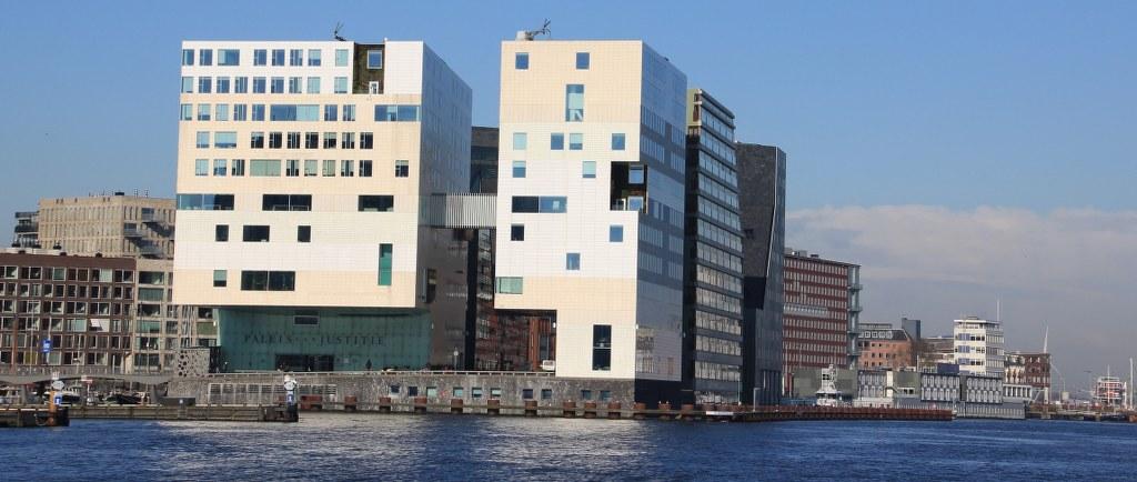 Moderne Architektur am Hauptbahnhof Amsterdam (c) Foto von Susanne Haun