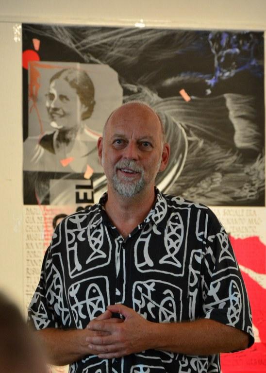 Utz Benkel eröffnet seine Rede zur Ausstellungseröffnung Protrait (c) Foto von M.Fanke