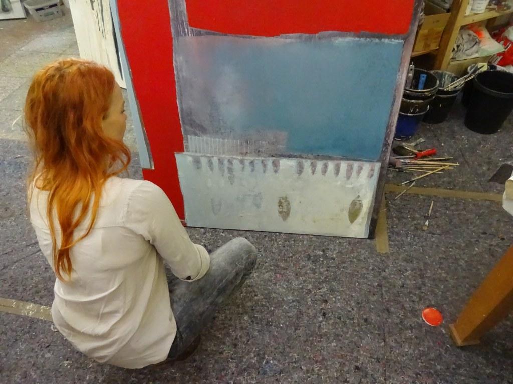 Bei Conny Niehoff im Atelier - Conny erklärt mir ihr Bild Fischmarkt in Venedig (c) Foto von Susanne Haun