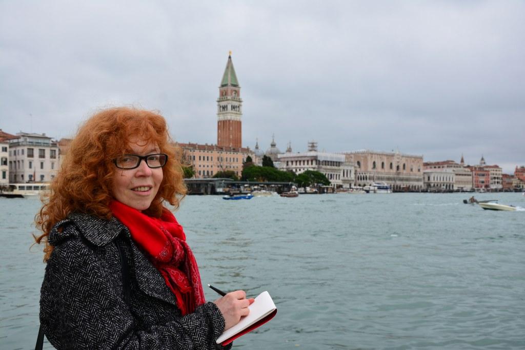 12 Susanne Haun - Zeichnen am Zipfel Venedigs an der Punta della Dogana (c) Foto von M.Fanke