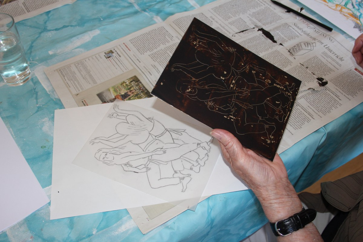Roswitha zeichnet ihr Motiv spiegelverkehrt in eine mit Wachs überzogene Zinkplatte (c) foto von Susanne Haun