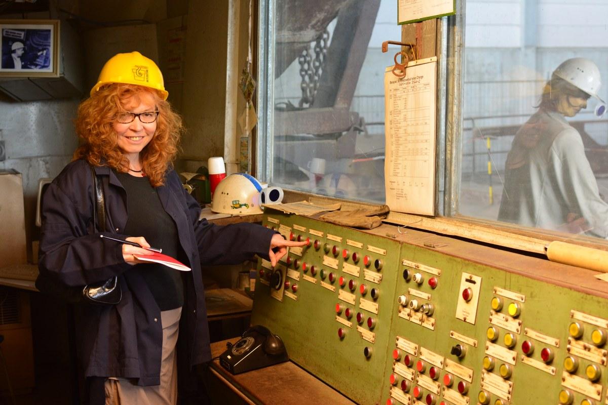 Industriemuseum Brandenburg - Susanne Haun kann endlich mal den roten Knopf drücken (c) Foto von M.Fanke