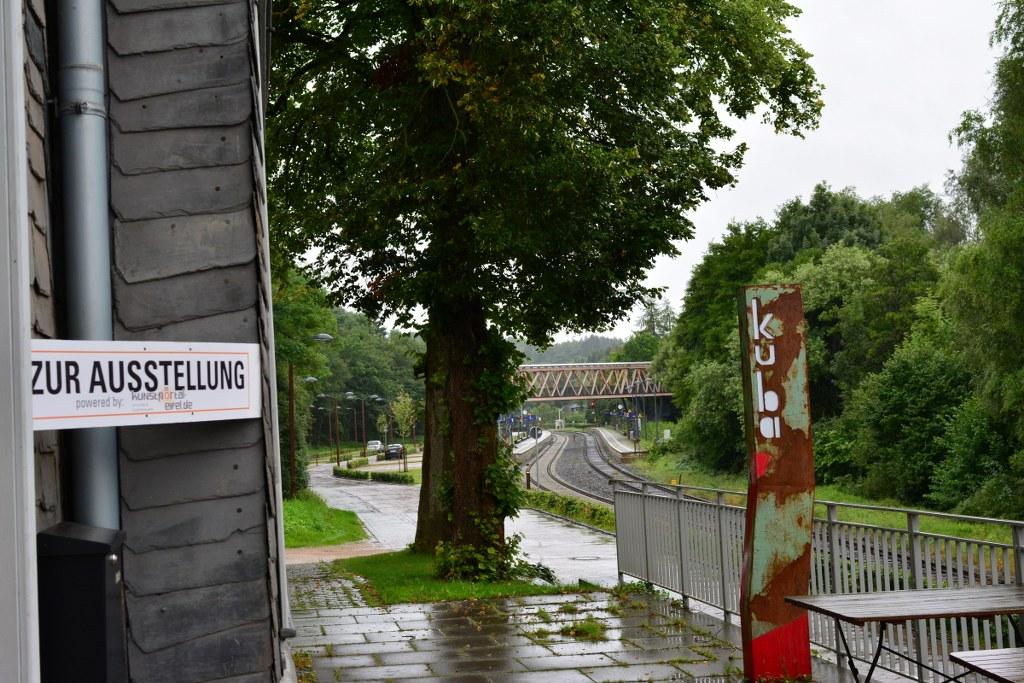 Hängen der Ausstellung Eiswelten im KuBa - Kulturbahnhof Nettersheim (c) Foto von M.Fanke