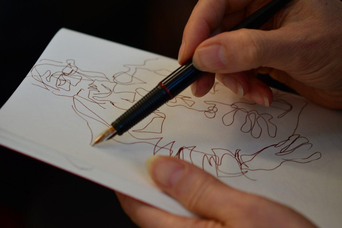 Susanne Haun beim Zeichnen (c) Foto von M.Fanke