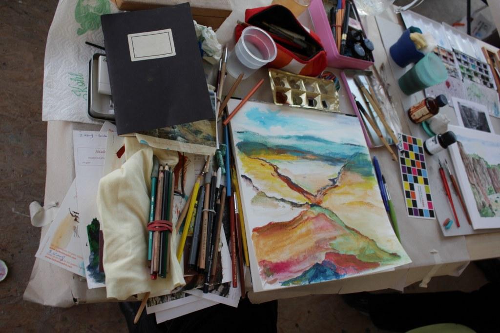 Workshop reale und surreale Welten Boesner Berlin - Theresia verwendet kräftige Farben (c) Foto von Susanne Haun