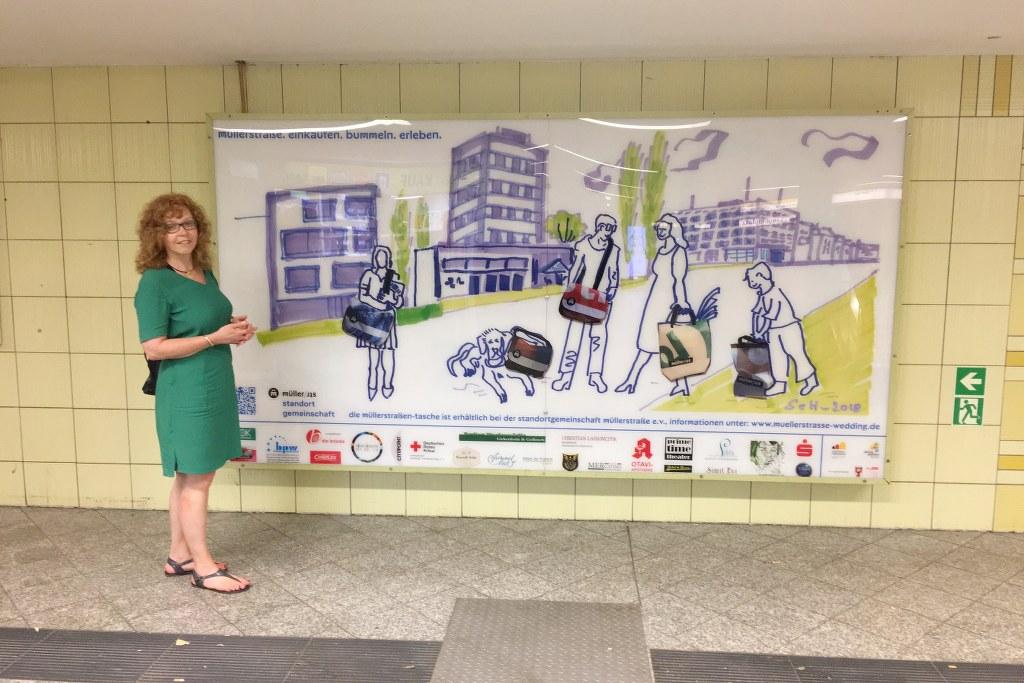 Ich im U-Bahnhof Leopoldplatz - Plakat der Standortgemeinschaft Müllerstrasse e.V. (c) Foto und Zeichnung von Susanne Haun