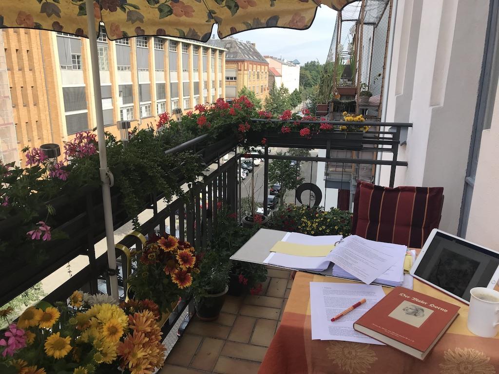 Beim Master schreiben auf dem Balkon (c) Foto von Susanne Haun