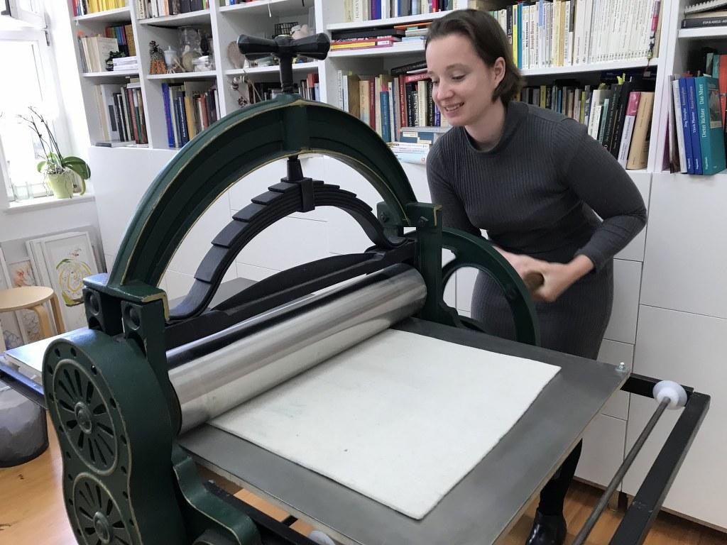 Alena an der Radierpresse im Seminar Druckgraphik (c) Foto von Susanne Haun