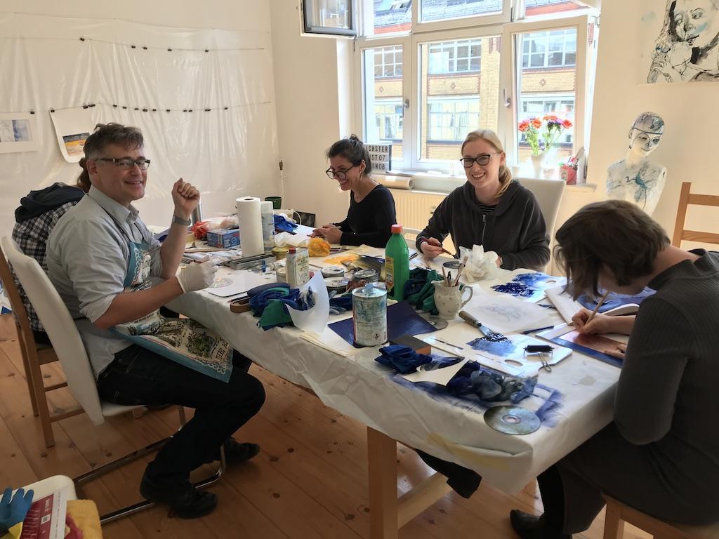 Fröhliches Arbeiten beim Seminar Druckgraphik bei Susanne Haun (Von Links nach Rechts, verdeckt Meike, Herr Rees, Elke, Patricia und Alena
