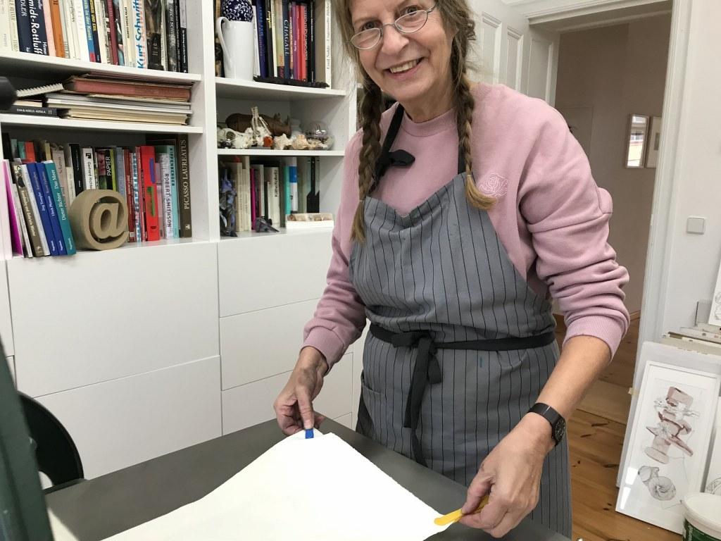 Workshop Radierung im Atelier - Elke an der Druckpresse - Dozentin Susanne Haun (c) VG Bild Kunst, Bonn 2018