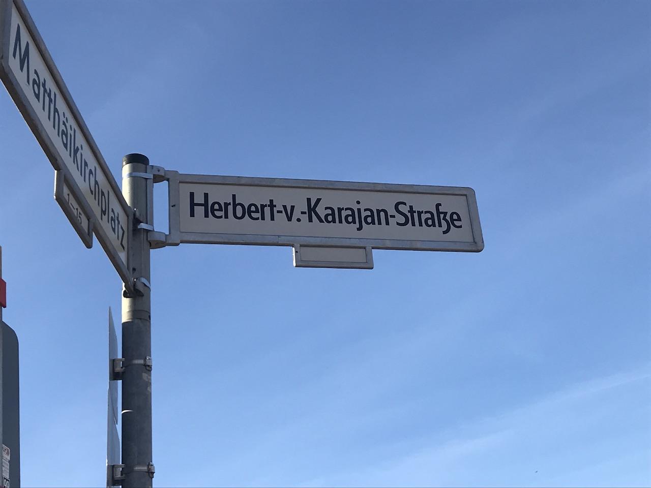An der Philharmonie in Berlin liegt die Herbert von Karajan Strasse, Foto von Susanne Haun (c) VG Bild-Kunst, Bonn 2019