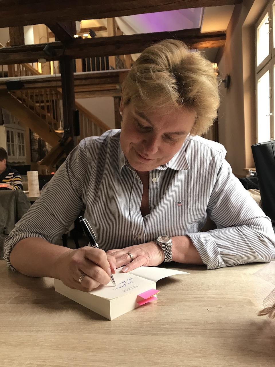 Monja Schünemann signiert das Buch Auf der Suche nach einer anderen Medizin (c) Foto von Susanne Haun