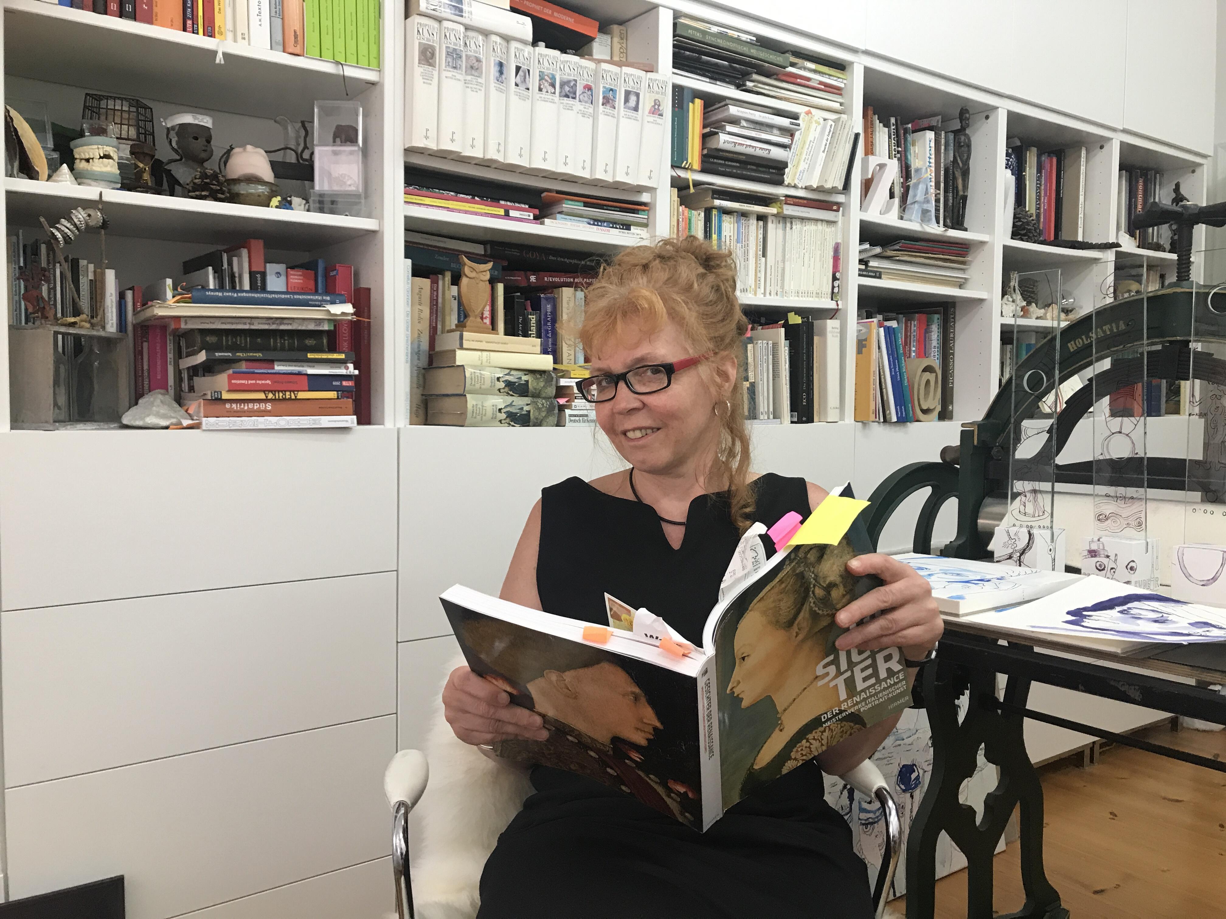 Die Künstlerin Susanne Haun in Ihrem Atelier (c) Foto von M.Fanke