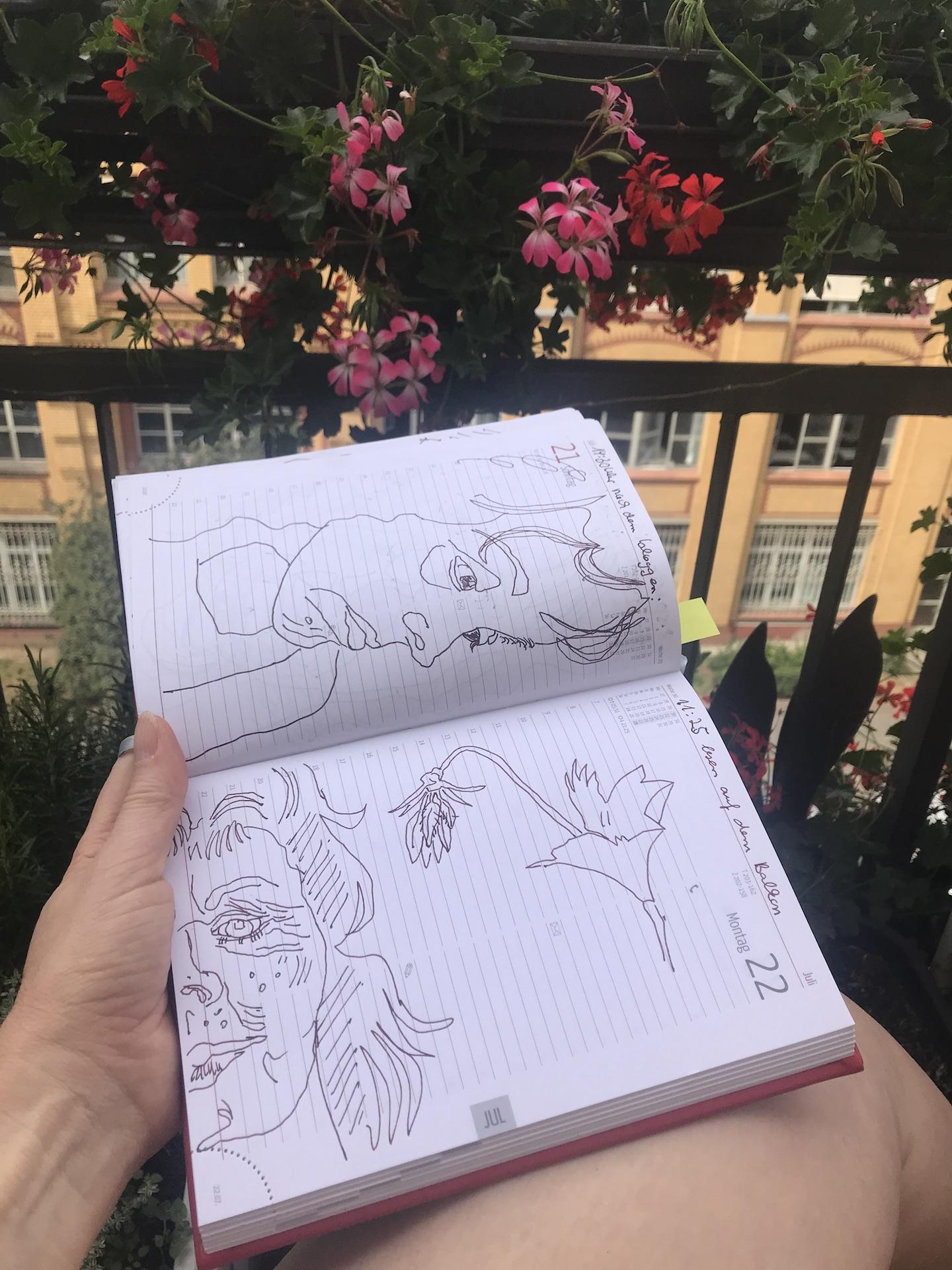 Ich sitze auf dem Balkon und zeichne mich selbst, Foto und Zeichnung von Susanne Haun (c) VG Bild-Kunst, Bonn 2019