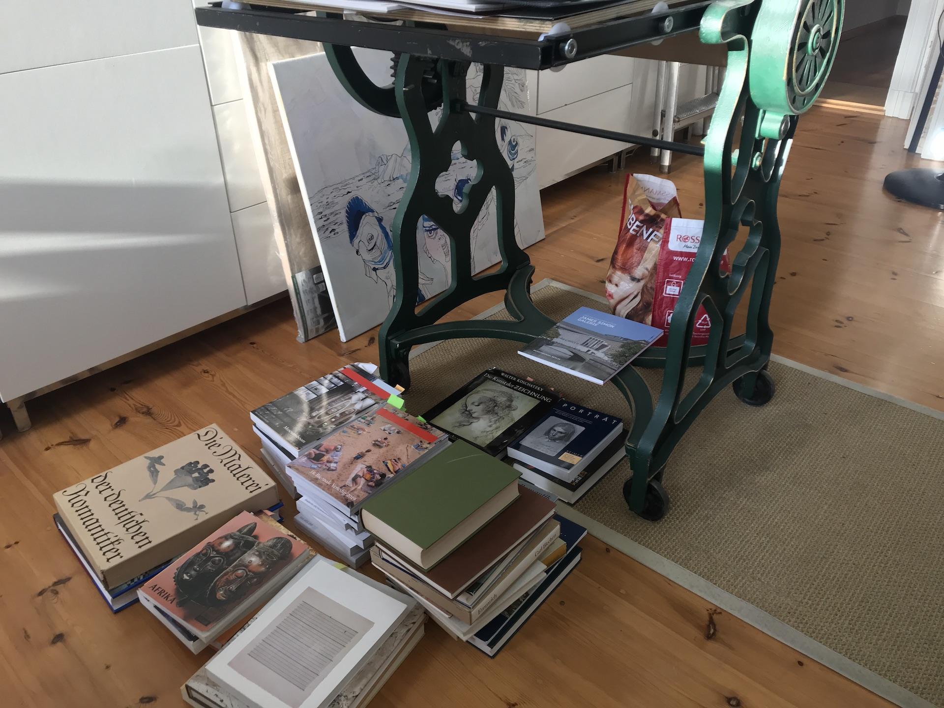 Alltag im Atelier Susanne Haun - Bücher sortieren (c) VG Bild-Kunst, Bonn 2019