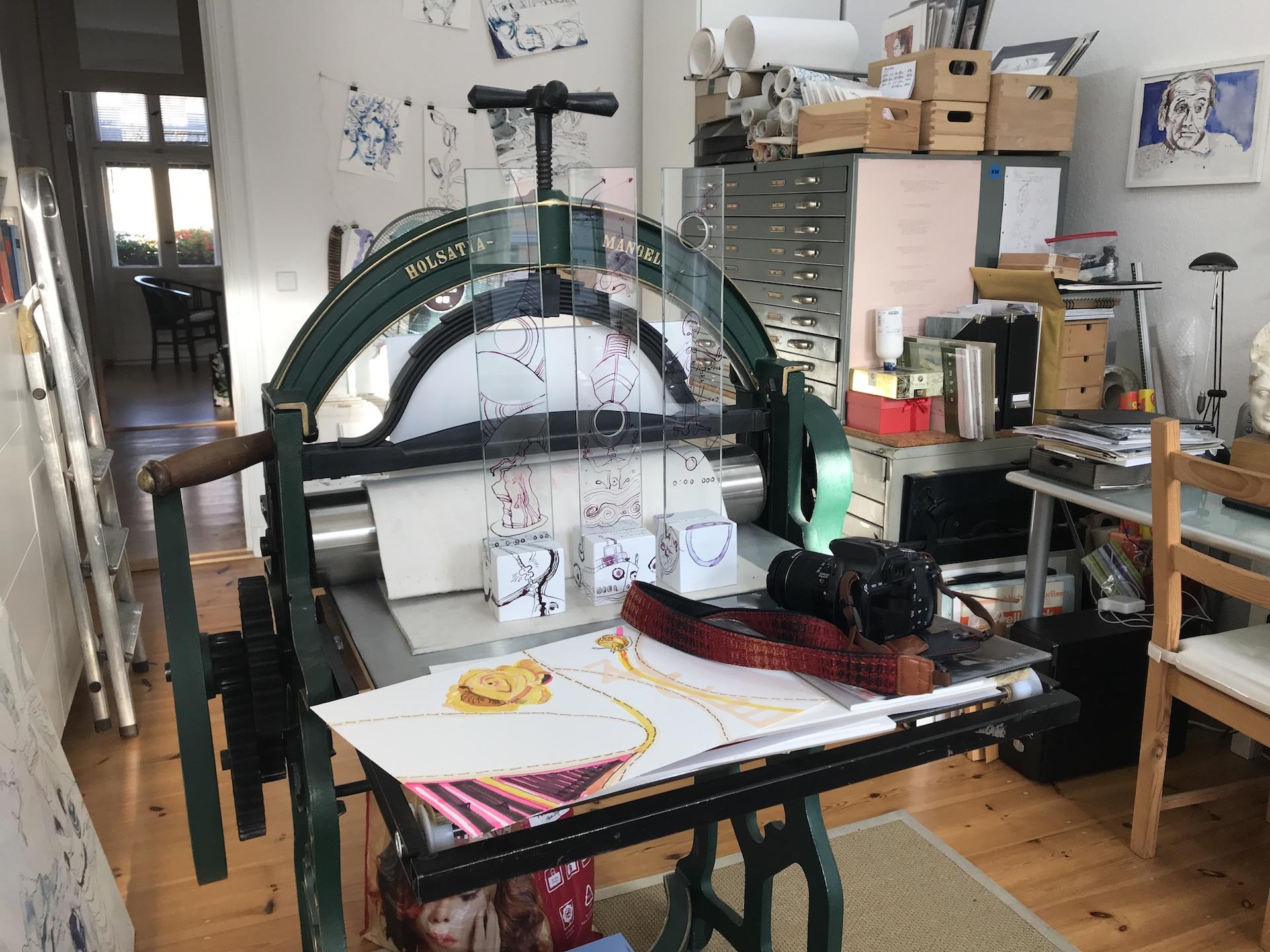 Alltag im Atelier Susanne Haun - Zeichnungegen fotografieren (c) VG Bild-Kunst, Bonn 2019