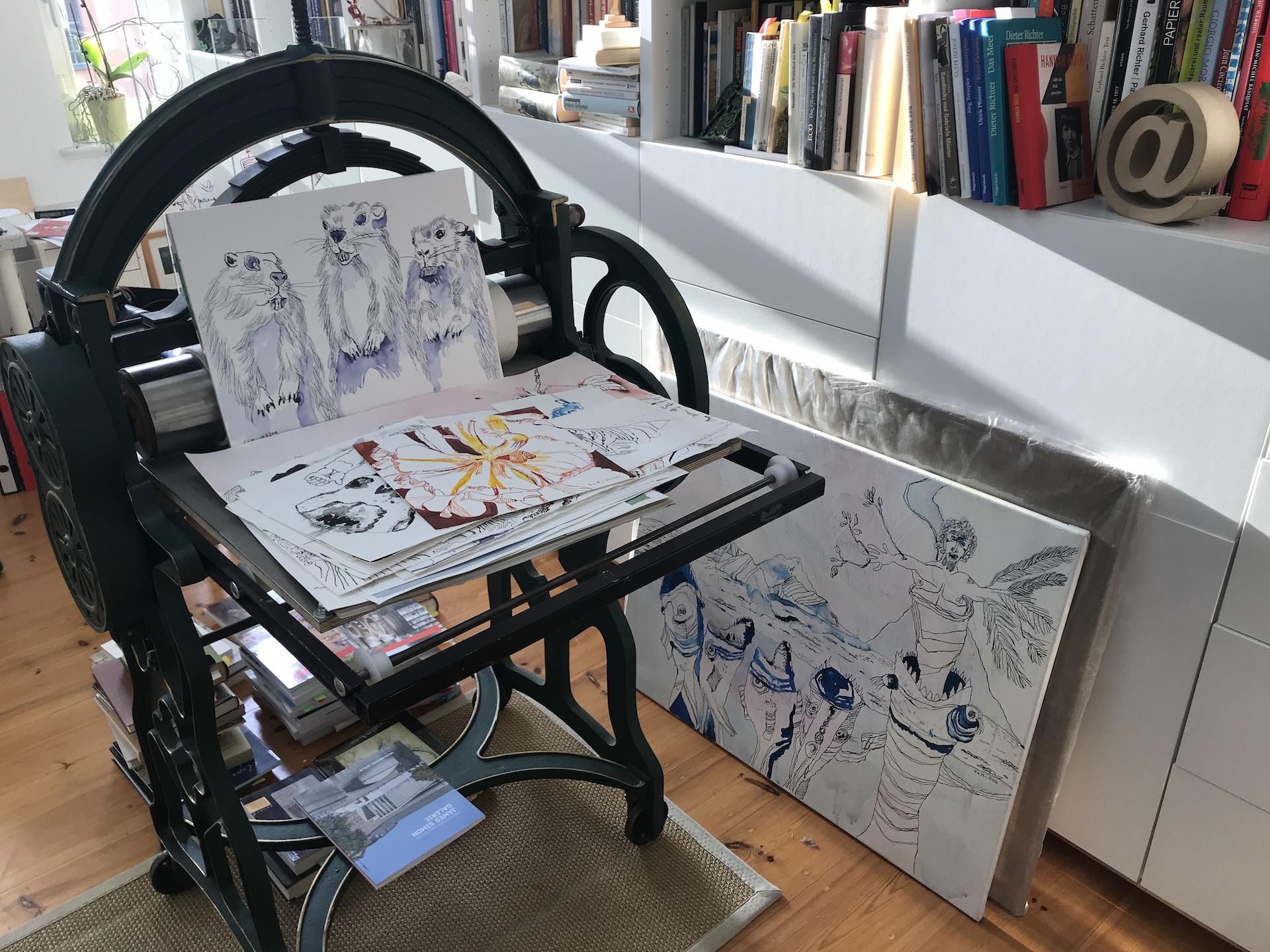 Alltag im Atelier Susanne Haun - Zeichnungen sortieren (c) VG Bild-Kunst, Bonn 2019