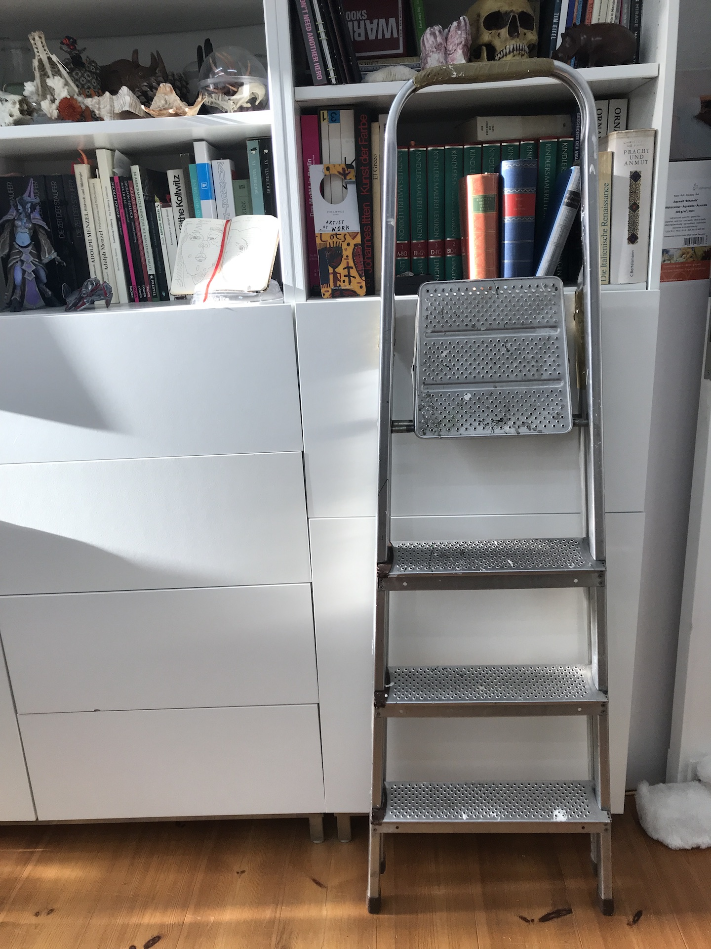 Alltag im Atelier Susanne Haun - Noch mehr Bücher sortieren (c) VG Bild-Kunst, Bonn 2019