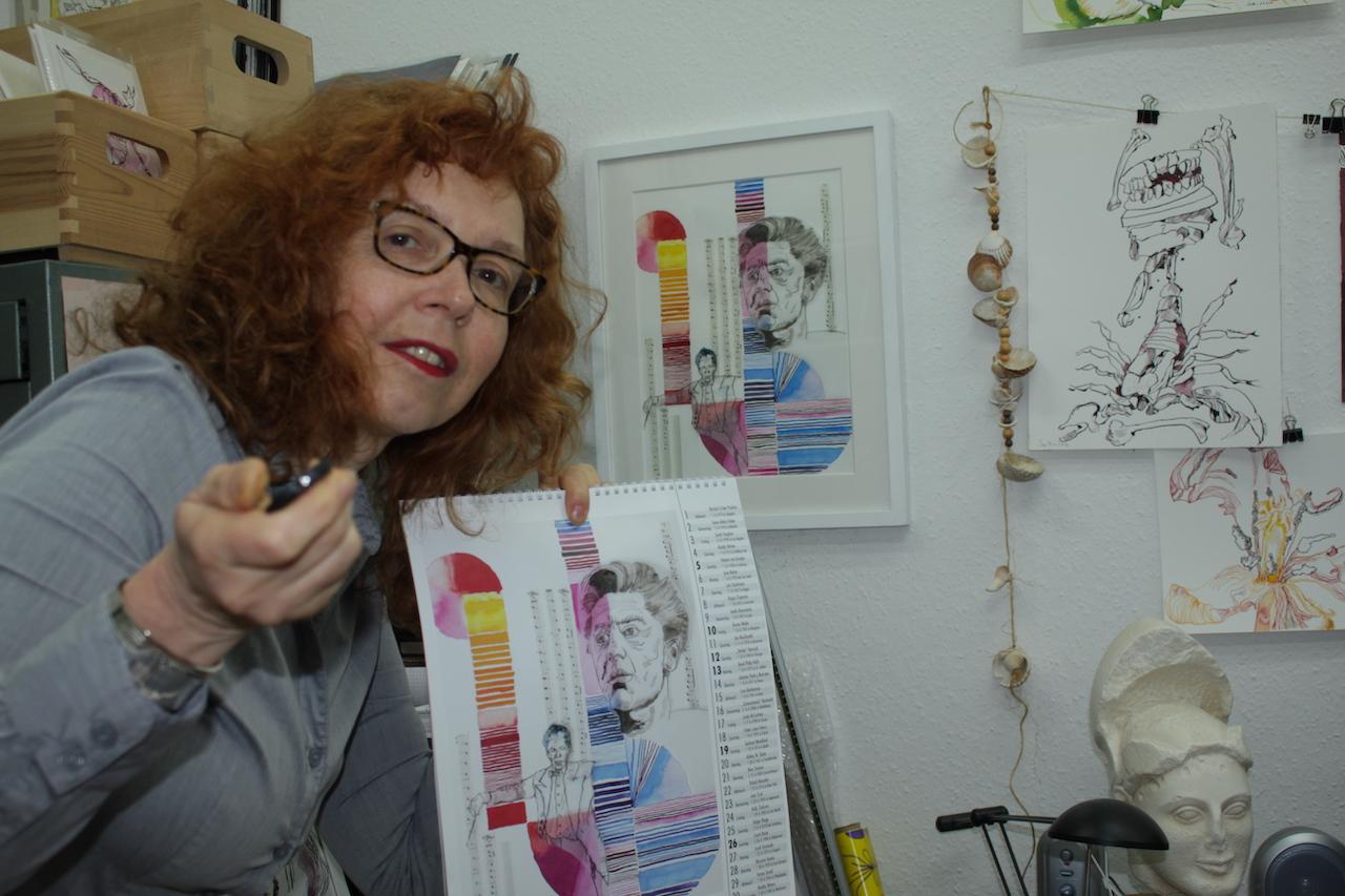 Susanne Haun präsentiert den Musikerinnen Kalender 2020 (c) Selfie