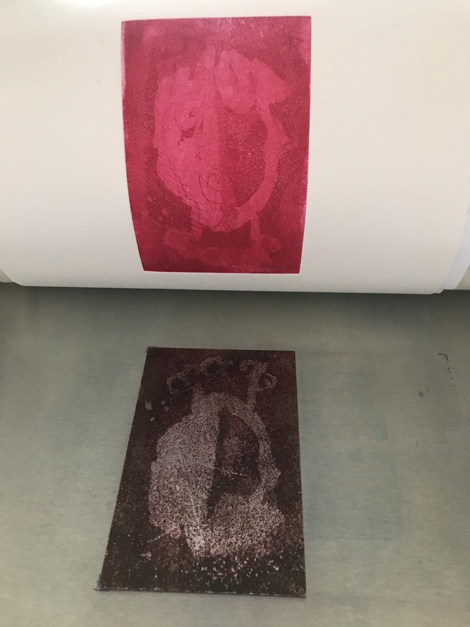 Zinkplatte rotes Portrait in der Druckpresse, in der Aquatinta Technik geätzt, Foto und Radierung von Susanne Haun (c) VG Bild-Kunst, Bonn 2020